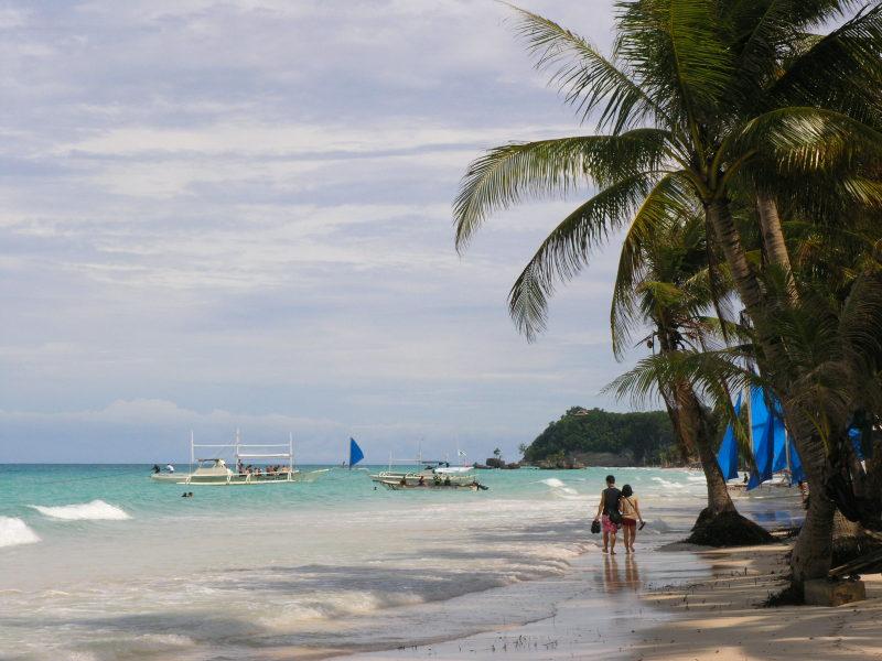 Plaża, słońce, hawaje.