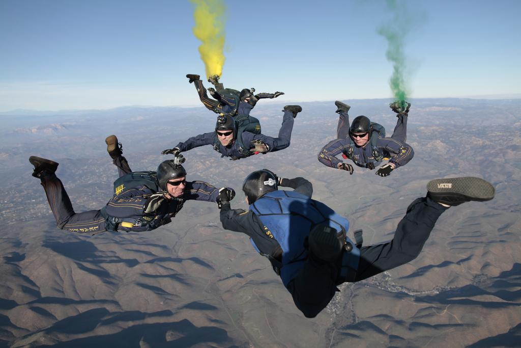 Grupowe skoki spadochronowe.