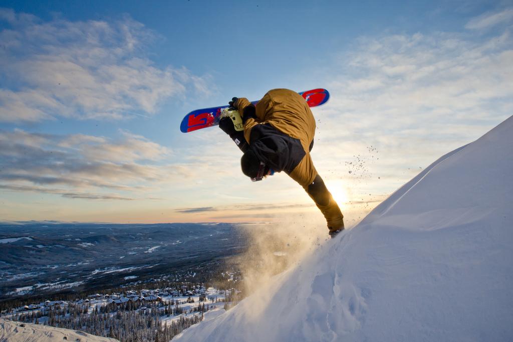 Sporty ekstremalne - salto na snowboardzie.