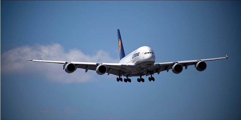 Samolot lecący w powietrzu.