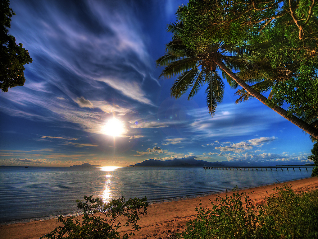 Gorące słońce, błękitny ocean, złota plaża.