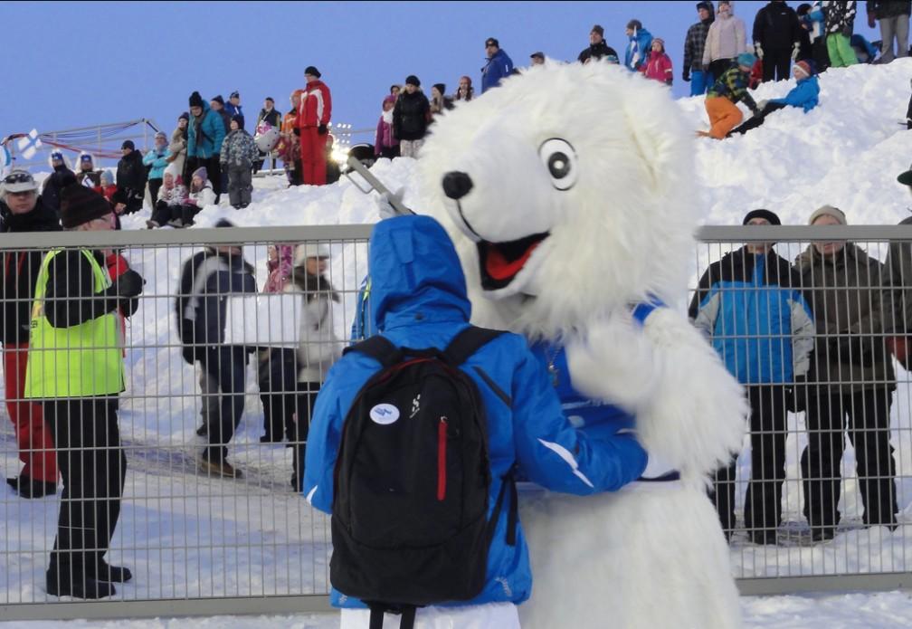 Ferie zimowe. Zabawa na stokach narciarskich.