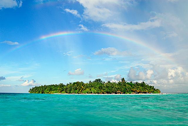 Zielona wyspa na błękicie oceanu, skąpana w tropikalnym słońcu. Urlop poza sezonem będzie tu wyśmienity.