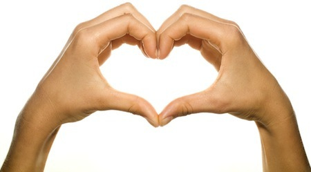 Dłonie w kształcie serca - walentynki.