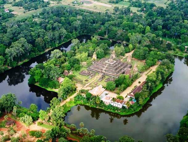 Świątynia Bakong w Kambodży otoczona niesamowitą fosą.