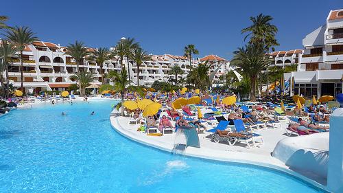Kompleks hotelowy na Teneryfie z basenem.