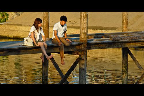 Para siedząca na moście.