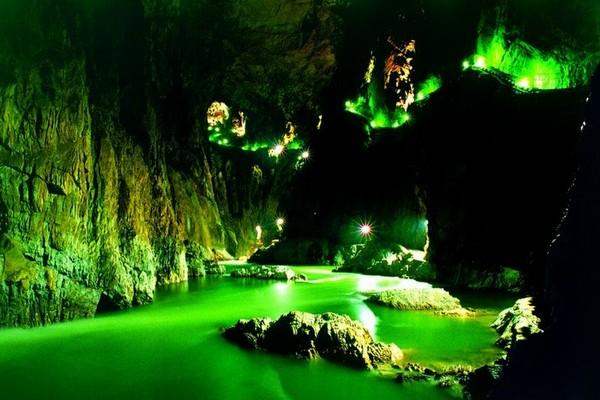 Oświetlone wnętrze Jaskini Szkocjańskiej
