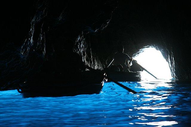 Do wnętrza jaskini można dostać się wyłącznie małymi łódkami.